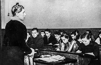 З ноября 1941 г. начался новый учебный год в школах Ленинграда