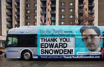 Реклама с портретом Эдварда Сноудена на автобусе в Вашингтоне
