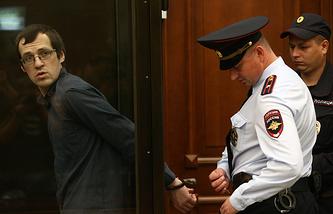 Леонид Ковязин (слева), обвиняемый по делу о массовых беспорядках на Болотной площади, в зале заседаний Замоскворецкого суда