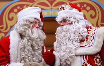Финский Дед Мороз Йоулупукки и Дед Мороз (слева направо)