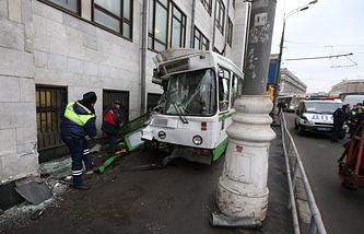 Пассажирский автобус, врезавшийся в здание на Большой Тульской улице