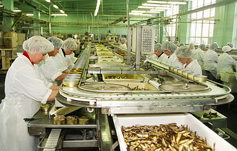 Производство шпрот на латвийском предприятии