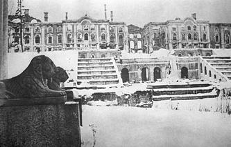 Вид на Большой Петергофский дворец во время блокады Ленинграда