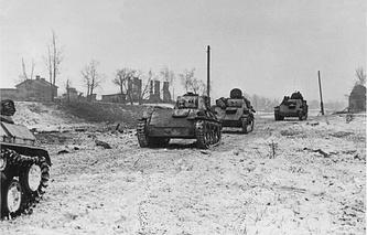 Колонна советских танков Т-70 на подступах к Красному Селу. 1944 г.