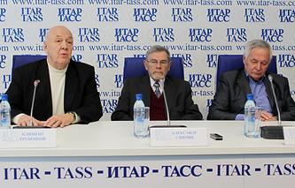 Лауреаты Демидовской премии - члены Российской Академии наук Климент Трубецкой, Александр Спирин и Юрий Ершов