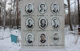 Мемориал группы Игоря Дятлова на Михайловском кладбище Екатеринбурга