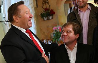 Пенсионер Василий Мысютин и российский боец Александр Емельяненко (слева направо) во время встречи в кафе «Фаина», где 23 октября 2013 года между ними произошла драка