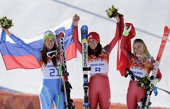 Словенка Тина Мазе (слева), швейцарка Доминик Гизин (в центре), швейцарка Лара Гут