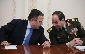 Министр иностранных дел Египта Набиль Фахми и министр обороны Египта Абдель Фаттах ас-Сиси (справа)