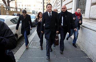 Маттео Ренци (в центре)