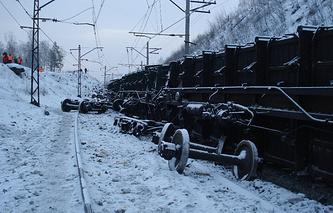 На месте схода с рельсов 30 вагонов грузового состава с углем на перегоне Хребет - Уржумка Южно-Уральской железной дороги