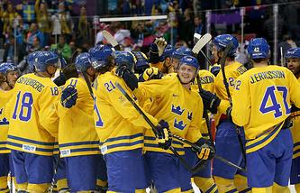 Хоккеисты сборной Швеции празднуют победу