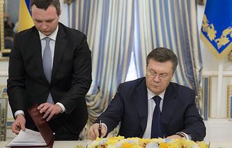 Президент Украины Виктор Янукович (на фото справа)