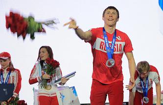 Александр Бессмертных (на первом плане) во время церемонии чествования российской сборной в Олимпийском парке