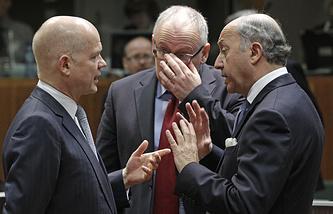 Министр иностранных дел Великобритании Уильям Хейг, министр иностранных дел Франции Лоран Фабиус и министр иностранных дел Голландский Франса Тиммермансом, 17 марта, Брюссель