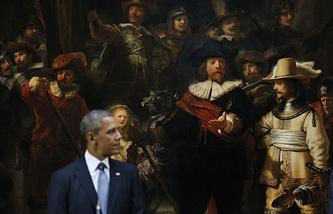 """Президент США Барак Обама на фоне картины Рембранта """"Ночной дозор"""" во время пресс-конференции в Государственном музее в Амстердаме. 24 марта 2014"""