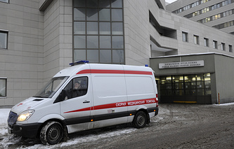 Машина скорой помощи у Боткинской больницы