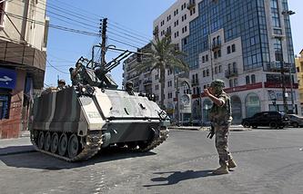 Бронетехника и солдат ливанской армии в Триполи