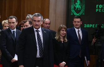 Премьер-министр Крыма Сергей Аксенов (в центре) на внеочередном заседании Госсовета Крыма
