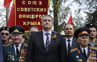 Премьер-министр Крыма Сергей Аксенов с ветеранами на торжественном собрании в честь 70-летия освобождения Симферополя от фашистских захватчиков