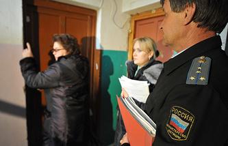 Сотрудники ЖКХ и службы судебных приставов во время обхода квартир неплательщиков коммунальных услуг