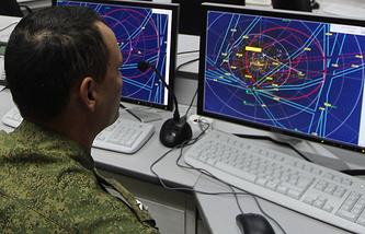 Военнослужащий ЦВО следит за перемещением беспилотников