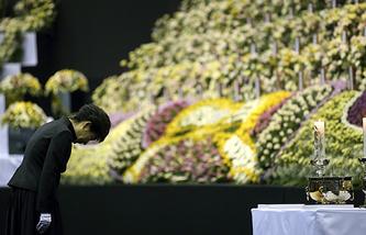 Президент Южной Кореи Пак Кын Хе у траурного алтаря в городе Ансан