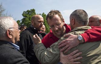 """""""Очень рад быть на свободе"""", - сказал гражданин Германии Аксель Шнайдер (второй слева), который был в числе задержанных военных наблюдателей. Крайний слева -- представитель президента РФ Владимир Лукин"""