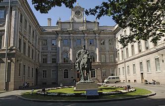 Памятник Александру III у Мраморного дворца в Санкт-Петербурге