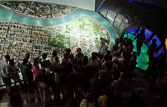 """Посетители в музейном комплексе """"Вселенная Воды"""" в здании водонапорной башни на Шпалерной улице во время акции ''Ночь в музее"""""""