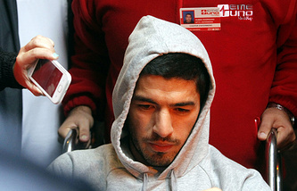 Луис Суарес в уругвайской больнице после операции