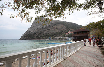Крым. Вид на гору Сокол в поселке Новый свет