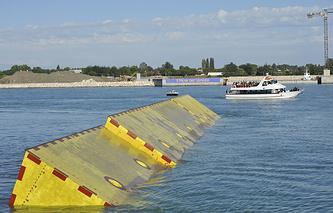 Одна из 78 подъемных дамб, защищающих Венецию от наводнений