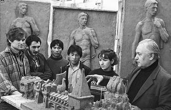 Студенты высшего художественно-промышленного училища во время занятий на кафедре архитектурно-декоративной пластики
