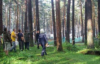 Во время разборов завалов деревьев палаточного лагеря участников Ильменского фестиваля, где в результате урагана погибли люди