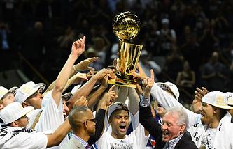"""Баскетболист """"Сан-Антонио"""" Тони Паркер (в центре) с кубком чемпионов НБА"""