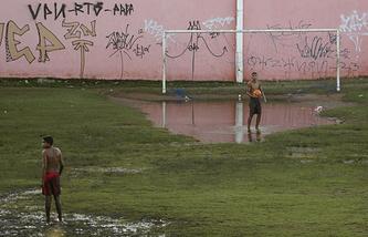 Подтопленное футбольное поле в Натале