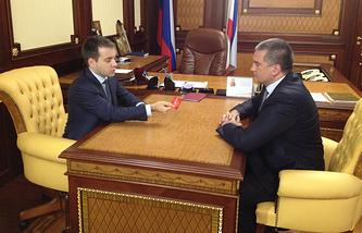 Николай Никифоров (слева) вручает SIM-карту Сергею Аксенову