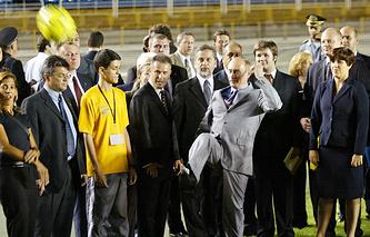 """Владимир Путин бьет по мячу по время посещения стадиона """"Маракана"""" в 2004 году"""