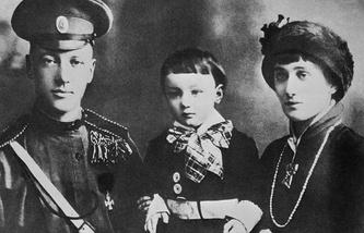 Анна Ахматова и Николай Гумилев с сыном Левой, 1915 год