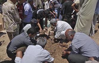 Похороны 15 человек, убитых близ Киркука, Ирак,  23 июня 2014 года
