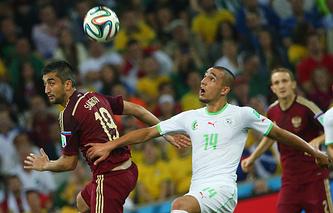 Александр Самедов борется в воздухе с игроком сборной Алжира Набилем Бенталебом