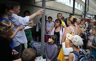 Беженцы во время ожидания своей дальнейшей переправки в другие города, Симферополь.