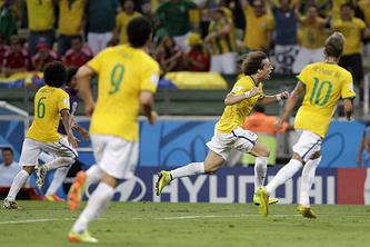 Радость бразильцев после гола Давида Луиса