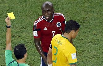 Судья показывает желтую карточку капитану сборной Бразилии Тьяго Силве