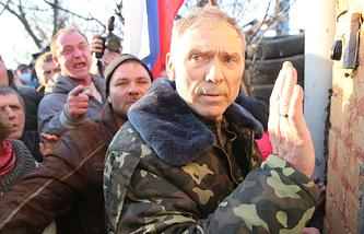 Экс-командующий контртеррористической операцией генерал-лейтенант Василий Крутов (справа) у аэропорта города Краматорск