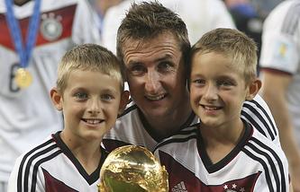 Мирослав Клозе с детьми