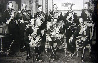 Девять европейских правителей на похоронах Эдуарда VII. 1910 год. Сидят, слева направо: король Испании Альфонсо XIII, король Великобритании Георг V, король Дании Фредерик VIII. Стоят, слева направо: король Норвегии Хокон VII, царь Болгарии Фердинанд I, король Португалии Мануэл II, германский император Вильгельм II, король Греции Георг I, король Бельгии Альберт I