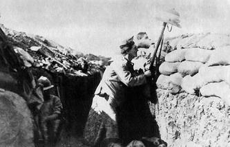 Британский солдат дразнит турецкого снайпера на Галлиполийском полуострове. 1915 год