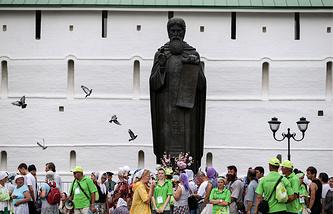 Памятник Сергию Радонежскому у стен Троице-Сергиевой лавры